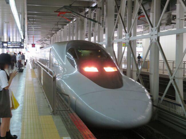 福岡空港から地下鉄で博多駅まで行って、山陽新幹線に乗り換えて新山口に向かいます。<br />広々とした座席のひかりレールスターの車両を使ったこだま号はのんびりと走りますが、ゆったりと旅ができます。<br />初日のお泊りは新山口駅前。明日の山陰線特急おき号の始発駅なので便利かなと思って選びました。<br />博多駅では折尾駅名物のかしわめしととんかつ弁当の2つの駅弁を買って遅い昼食と夕食用に。<br />駅弁は旅の道連れです。<br />この日は新山口駅前のコンフォートホテル新山口に泊まります。<br />