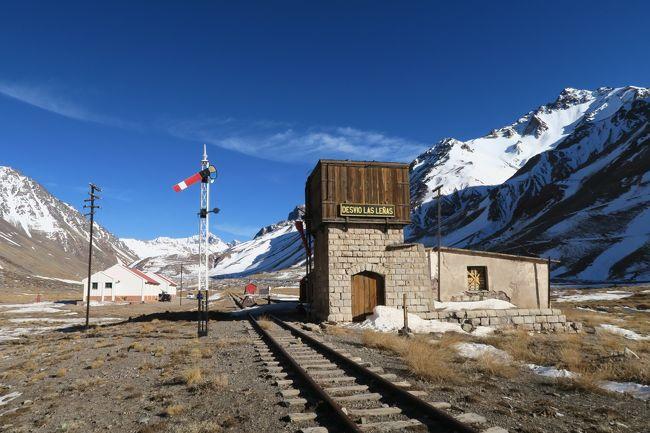 旅の目的はスキー! 国内だろと海外だろうとスキーだ!<br /><br />しかし、冬でもスキー場に雪が無い事がある。 そう言った時にふと横を見ると鉄路が走っている事がある。しかも廃止された鉄道でノスタルジックな雰囲気がなんとも言えない!!<br /><br />もうこっちにしよう!<br /><br />そう、どこかのブログで皮肉を書かれた「海外まで行ってわざわざ鉄道廃線を見に行っている人がいる」と、自分でもそう思う! もはや変態だ。<br /><br />当初はアンデス山脈のロス・ペニテンテスキー場へ行く予定でしたが、雪が無くゲレンデがクローズしていました。ですので、その傍らを走っていたアルゼンチン・チリ間の国際鉄道の廃線跡を辿ってきました。<br /><br />この路線は便宜上の起点がアルゼンチンのメンドーサで、アンデス名峰アコンカグア 6,962mの南脇を抜けて隣国チリのロス・アンデスまで接続していました。遺構を見る限り電化だったようです。総延長は270kmもあります。<br /><br />途中で人造湖に水没していたり、路盤流出等で復活は無いような状態です。部分区間で観光鉄道にするにはクルマのドライブと景色などで差別化ができないので、やはり復活は無理のようです。<br /><br />Day2(後編) はポルバレダス(Polvaredas)からアルゼンチン側終点のラスクエバス(Las Cuevas)の44kmをトレースします。<br /><br />他の海外廃線のページがあります。<br />よかったら見に来てください。<br />http://soleil1969.com/ruinstop/ruinstop.html<br />
