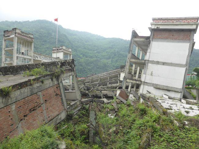GW10連休を利用して中国へ。今までの中国旅行で最長記録です。四川省といえば辛い料理と標高が高いイメージがあって子連れには向かないと思っていました。しかし行ってみると成都周辺は高山病を気にするような標高ではないし、パンダもいるし、子連れでも楽しめるところでした。ただ、中国の連休と被ったために想像以上の混雑には辟易しました。<br /><br />*****************************************************************<br />水磨古鎮から都江堰に帰るため、一旦映秀へ。ガイドブックに載っていないし情報が少ない町でしたが、四川大地震の震源地ということで地震の遺構を見ることができました。帰り道は苦労しましたが・・。