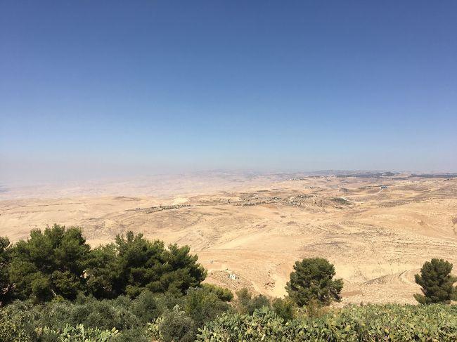 大学で比較宗教を学んだこともあり、以前から興味があったエルサレム。中東の3Pで行ってみたかったペトラ。個人で旅行するには少しばかり面倒そうなところをうまく含めたツアーがあったので、連れて行ってもらいましょう♪と参加してきました。<br /><br />この旅行記は旅の1日目と2日目、出発から「モザイクシティ」マダバ観光の様子です。解説は「歩き方」やヨルダン観光局のHP、自分の曖昧な記憶などから抜粋、適当に語っていますので、適当に読んでください(笑)<br /><br /><旅程><br />9/20 23:45 KIX  EK317  <br />9/21  4:50  DXB<br />         7:30 DXB  EK901  9:35 AMM  マダバ観光 (ペトラ泊)<br />9/22 ペトラ観光 (ペトラ泊)<br />9/23 死海    (死海泊)<br />9/24 ベツレヘム・エルサレム観光(エルサレム泊)<br />9/25 エルサレム観光 (エルサレム泊)<br />9/26 18:00 AMM EK904 22:00 DXB<br />9/27  3:00 DXB  EK316 17:15 KIX