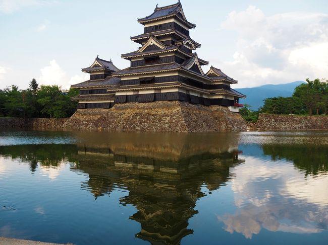 世間のお盆休みの最終日、まだどこも混んでるだろうから、近くで御朱印巡りをしようとも考えたのですが、茨城の古河市にある「鶴峯八幡宮」という神社へ参拝した後、この日旦那は夜勤なので、明日まで帰って来ない、、、自由だ~!という事で、近場でお出かけだけで、遠くへ出かけないのはもったいないかな~と思い、何故か行きたいと思ったのが「松本城」、Googleで古河から松本までの距離と時間を調べ、急きょ松本までドライブ=3<br /><br />朝早くから行けばいろんな所観光出来たと思いますが、ほぼ松本城だけの観光<br /><br />良ければご覧なって下さい^^<br />