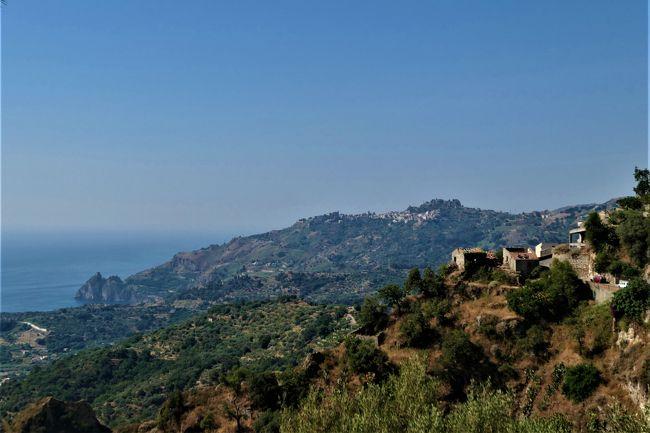 素敵な村、素晴らしいパノラマ、美しいビーチ、美味しいグルメをたっぷりと楽しんできました♪<br /><br />☆Vol.573:第19日目(7月4日)サヴォーカSavoca(メッシーナ県)♪<br />サヴォーカは標高330メートルの山上の村でメッシーナ県に入る。。<br />イタリア美しき村に選ばれ、また、コッポラ監督のゴッドファーザーのロケ地として有名。<br />村の入り口にあたるVia Sant&#39;Onofrioの脇に展望広場。<br />その広場にコッポラ監督を模ったミラーの像が飾られている。<br />土産屋の前に小さな三輪車。<br />婚礼を上げた教会へかなりの山道なので三輪車乗っていく。<br />細い急な傾斜のサン・ミケーレ通りを三輪車が猛スピードで走り、<br />5分ほどにあるChiesa di San Nicolo。<br />ゆったりと鑑賞したら、<br />教会からさらに奥へ細い道を歩く。<br />サンニコロ教会と周囲の風景は素晴らしい。<br />Via Chiesa Madreを歩き進むと右側の岩山の上に古城。<br />Castello di Pentefurであるが、<br />廃墟と荒廃が進み、土台だけしか残っていない。<br />その周囲はパノラマが広がり、<br />村の全貌を見渡せる。<br />遠くにChiesa Madre di Savoca。<br />サヴォーカの小さな大聖堂であるが、<br />かなりの距離なので行かない。<br />でも、その美しいお姿を拝見しただけでも満足。<br />遠くに青いイオニア海が広がる。<br />ゆったりと歩いて眺めて♪