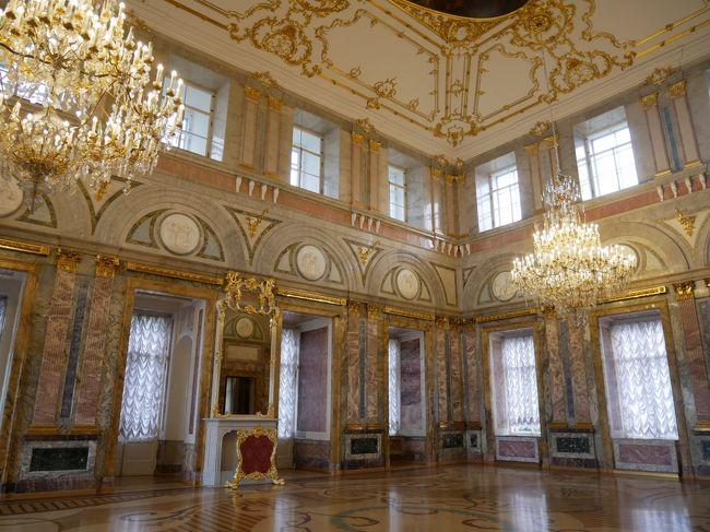 午前中にペテルゴフに行き下の公園を散策。<br />そして高速艇でサンクトペテルブルクに戻り市内観光。<br />今回はサンクトペテルブルクカードを購入しているのでこのカードで入れるところ中心に観光しようとまずは大理石宮殿へ。<br />エルミタージュ美術館から少し北に行ったところだけどさほど有名ではないのか観光客も少なめだったのでゆっくり見学。<br />色とりどりの大理石で飾られたホールが綺麗だった。<br />その後は昔来た時に入場料が高すぎて入るのを諦めた地の上救世主教会へ。<br />ここはものすごい人でごった返していた。<br />一時は野菜倉庫として使われていたという不遇の歴史を持つ教会だけど現在は綺麗に修復されていてその美しさに圧倒された。<br />その後やっとお昼ご飯。<br />もはや昼とは言えない時間だけどね。<br />詳しくは旅行記をどうぞ。