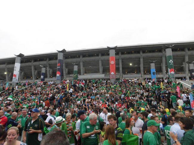 ワールドカップです!横浜が緑に染まりました!!<br />前日のニュージーランド-南アフリカ、黒と深緑から、本日は緑と紺とカラーが変わりました。特に、アイルランドの緑の多さには圧倒されました。アイルランド人口500万人弱なのに、そのうち1万5千人ぐらい来ちゃってるんじゃないか?と思うほど、緑の多さ。世界ランク1位で迎える今大会は、かなり国民の期待も高いのでしょうね。<br />日本の8強を願う立場としたら、この試合が激戦となって両チーム疲労が溜まって欲しいなどと下心も持ちつつ観戦したのですが、意外にもアイルランドの圧勝でした。ラグビーファンの観戦モラルの高さ、フレンドリーな雰囲気で会話も楽しめ、ワールドカップの素晴らしさを堪能しました。<br /><br />今大会、会場での観戦は(観戦済みの試合を含め)、以下の14試合を予定しています。<br /><br /> 9/20(金) 東京:開幕戦  Pool A 日本30-10ロシア<br /> 9/21(土) 横浜:Match 4 Pool B ニュージーランド23-13南アフリカ<br /> 9/22(日) 横浜:Match 6 Pool A アイルランド-スコットランド<br /> 9/29(日) 東京:Match17 Pool D オーストラリア-ウェールズ<br />10/ 5(土) 東京:Match25 Pool C イングランド-アルゼンチン<br />10/ 6(日) 東京:Match27 Pool B ニュージーランド-ナミビア<br />10/12(土) 横浜:Match35 Pool C イングランド-フランス<br />10/13(日) 横浜:Match40 Pool A 日本-スコットランド<br />10/19(土) 東京:Match42 準々決勝 Pool B 1位-Pool A 2位<br />10/20(日) 東京:Match44 準々決勝 Pool A 1位-Pool B 2位<br />10/26(土) 横浜:Match45 準決勝 <br />10/27(日) 横浜:Match46 準決勝 <br />11/ 1(金) 東京:Match47 三位決定戦 <br />11/ 2(土) 横浜:Match48 決勝 <br /><br />初回(開幕戦)からご覧になりたい方は、こちらをどうぞ<br />https://4travel.jp/travelogue/11544554<br /><br />