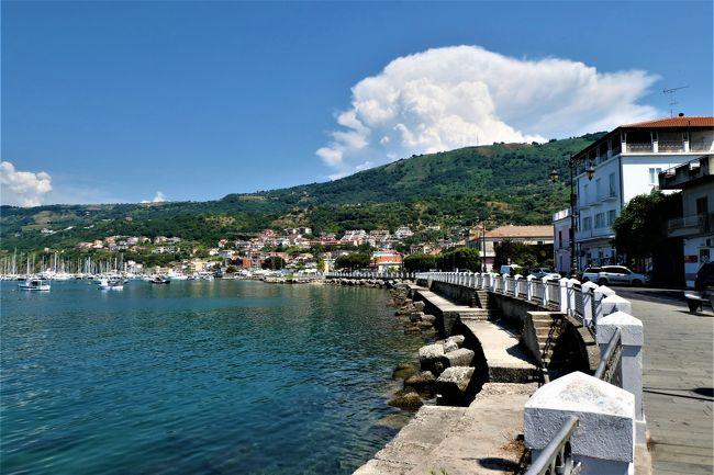 素敵な村、素晴らしいパノラマ、美しいビーチ、美味しいグルメをたっぷりと楽しんできました♪<br /><br />☆Vol.579:第19日目(7月4日)ヴィーボ・マリーナVibo Marina(ヴィーボ・ヴァレンティア県)♪<br />ヴィッラ・サン・ジョヴァンニから高速道路で1時間ほどヴィーボ・マリーナに到着。。<br />ヴィーボ・マリーナはヴィーボ・ヴァレンティアの港で、<br />町はそこから10Kmほど内陸にある。<br />港に車を停めて、<br />のんびりと散策。<br />港の向こうにピッツォがみえる。<br />懐かしい。<br />昨年に訪れたピッツォはアイスケーキが有名で食べた。<br />予約してあるリストランテへ。<br />ゆったりと歩いて眺めて♪