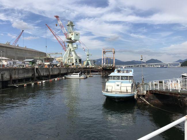 広島駅から380円の離島<br />これまた面白い島がある<br />その名は金輪島(かなわじま)<br />これって秘島かも・・・<br /><br />広島駅から市電広島港行160円に乗りまして<br />広島発の船が全て出ると思われている広島港までは行かない<br />手前の海岸通で降りますね<br />そのまま真っ直ぐに海岸、港に出ます<br />ウッ・・どこから出る??っていう桟橋がいくつか<br />前の桟橋は似島行になってるし・・・<br />似島行の船に聞いて見よう<br /><br />と、似島じゃなく金輪島行の船だった<br />これわからないよ!てか、あんたみたいな人は滅多に来ませんって話(笑)<br />金輪島ですよ、と聞かれた確認された<br />島名間違えてません??って意味か??<br /><br />今は造船所の島<br />上陸すると広い駐車場のような広場があるけど、枠の左右は立ち入り禁止<br />幅3mの線が引かれた道枠を真っ直ぐ行くのみ・・・<br /><br />久々の秘島だった<br /><br /><br /><br />