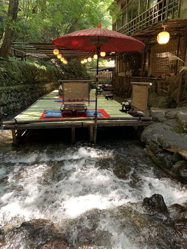 京都には何度も観光に来ているけれど、やっと芝居鑑賞の時間的余裕が出来て、いつも歌舞伎座でご一緒している友人と共に「東海道四谷怪談」を鑑劇。2泊3日の旅行なので、ついでに貴船の方にも足を延ばして川床料理を楽しんだり、高校の修学旅行以来の二条城を見学したり、最終日には錦市場で晩御飯のおかずを購入して3日間を満喫して参りました。<br /><br />2日目はJTBのツアーバスで御朱印巡りと川床料理を楽しみ、夜は祇園で京料理の晩御飯を頂きました。