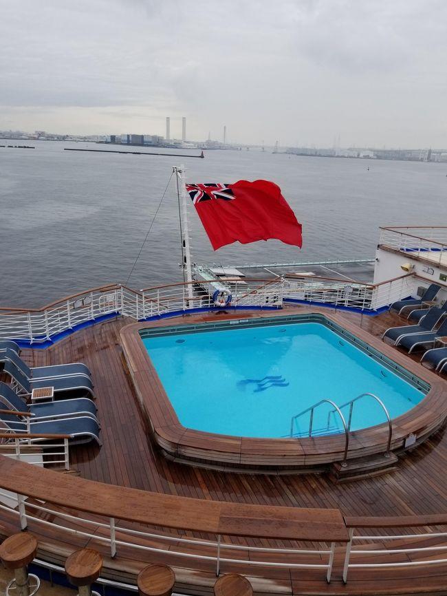 本当は21日に長崎に寄港し、22日は終日クルーズの予定でしたが台風の影響で抜港になり、その代わり関門海峡、豊後水道経由で清水に寄港して横浜に帰る行程に変更になりました。<br /><br />9/18 横浜(出港)<br />9/19 終日クルーズ<br />9/20 釜山<br />9/21 終日クルーズ、関門海峡経由<br />9/22 清水<br />9/23 横浜(帰港)<br /><br />初めてのダイヤモンドプリンセスで、本当に沢山の方々のブログを読みまくって準備しました。その甲斐あって本当に楽しい旅になりました。でもやっぱり百聞は一見にしかずで、事前情報と違うものもかなりありました。<br />文句ばかり書いている方もいて、一体どんな船だろ?と少し恐々としていましたが、全くそんなことなく、本当に本当に楽しかったです。<br />これらを踏まえて今度は自分が伝える番だと思ったので、この記事がこれからクルーズを考えてる方々の参考になればうれしいです。旅行記というよりは情報提供といった感じです。<br /><br />船が自分のライフスタイルに合わせてくれるわけないから、自分から船のスタイルに合わせていかなければなりません。それができれば過度なストレスはなく、すごく楽しめると思います。<br /><br />今回は3日目、釜山に上陸です。