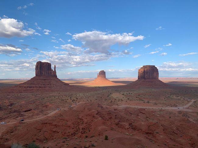 10:15 Upper Antelope Canyon、ツアー参加。<br />正午ごろが最も光の光線がきれいに見える。<br />今回は2・3回見れました!<br />その後、モニュメントバレーまで約2時間のドライブ。<br />今日は、The View Hotelのキャビンに宿泊。目の前がモニュメントバレーという壮大なロケーション!!