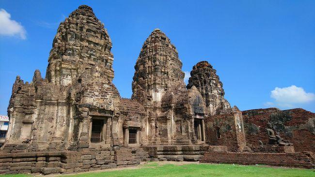バンコク小旅行第3弾は、古都ロッブリへの旅です。タイの古都と言えばアユタヤがメジャーですが、あまりにもメジャーすぎて古都の風情が感じられない点が残念ですね。そこで今回の小旅行ではちょっと足を延ばし、アユタヤからさらに2時間ほど北上したロッブリーへ行く事にしました。<br /><br />ロッブリ―はクメール遺跡が街に溶け込んだ不思議な町です。古い遺跡の残骸が鉄道駅の周辺に沢山点在しています。またこの町は猿を「聖なる使い」としてるようで、町中に猿が闊歩しています。猿がたくさんいる、というより猿に占拠された町というのがふさわしいです。そう、ここはリアル「猿の惑星」なのです。<br /><br />さて、通常ロッブリ―への旅はバスが主流です。バスだとバンコクから2時間程度の旅になります。しかしモーチットバスターミナルはモノレールなどの交通機関からのアクセスが悪いため、今回も鉄道を使った旅にしました。<br /><br />バンコク中央駅ファランポーン駅朝7:00発、ロッブリー到着9:45着。片道が3時間程かかる旅なのでかなり疲れますが、古都を感じたい方は楽しい時間を過ごすことができますよ。<br /><br />