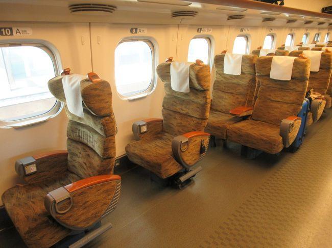 娘が熊本のJALが割引で行けるというので次の旅行は九州に決定!<br />熊本と鹿児島と、父が行きたいと言っていた高千穂(宮崎)もということで、今回は3人です。<br />大阪からは飛行機JALで、鹿児島→熊本は九州新幹線を利用。それ以外はレンタカーです。<br />父がずっと運転してくれたのでほんと助かった。3人で行ってよかった。<br />9月だというのに真夏のような暑さでした。心配していた台風も影響なく、雨は降ったけれど、うまい具合に観光時間にはあんまり降らなくて助かりました。<br />1日目:9月7日(土)霧島・桜島<br />2日目:9月8日(日)指宿・熊本<br />3日目:9月9日(月)高千穂<br />4日目:9月10日(火)阿蘇<br />久しぶりの旅行だった父が心配でした。<br />飛行機怖がってたけど大丈夫だったみたい。行きは「窓際は嫌や」って言ってたけど、帰りは窓際に座って外見てたし。ずっと機嫌よかったし。高千穂を楽しみにしていたけど、もっと秘境の地と思ってたみたいで、人が多くてイメージと違った、むしろ阿蘇の雄大さが良かったとか。楽しんでくれたみたいで良かったです。これからもっといろいろ行けたらいいなと思える旅でした。<br /><br />