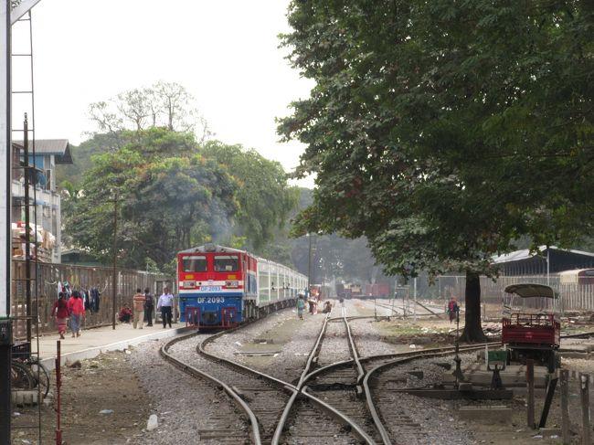【2018年12月11日NNA ASIA】ミャンマー国鉄(MR)は12月29日から、第2の都市マンダレーと北部カチン州のミッチーナ間で急行列車の運行を始める。国営紙グローバル・ニュー・ライト・オブ・ミャンマーが10日伝えた。<br />急行の初列車は29日午後1時にマンダレー駅を出発する。普通車10両と上級車1両で、ヤンゴン―マンダレー間の急行と同レベルの快適さと安全性を備えるという。停車駅は5駅。運賃は普通が1万チャット(約724円)、上級は2万チャット。<br />新列車はマンダレー管区ミンゲーのMR工場で生産された。<br /><br />https://www.nna.jp/news/show/1846477(2019年8月16日閲覧)<br /><br /><br />ミッチーナー逍遥~その1:中央市場周辺<br />https://4travel.jp/travelogue/11548599<br /><br />ミッチーナー逍遥~その2:ミイトキーナの戦い「招魂之碑」<br />https://4travel.jp/travelogue/11548616<br /><br />ミッチーナー逍遥~その3:ミッチーナーのマナウ祭<br />https://4travel.jp/travelogue/11548637<br /><br />ミッチーナー逍遥~その4:カチン料理探訪<br />https://4travel.jp/travelogue/11548659