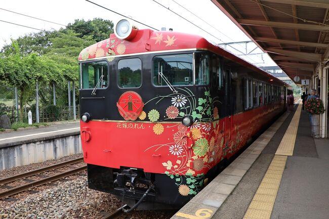 表紙の写真は、和倉温泉駅の花嫁のれんです。外装も内装もゴージャスな観光列車です。<br /> 9月26日(木)、新宿南口に10時10分集合です。新宿から特急かいじ5号に10時30分に乗車して、大月を目指しました。大月で乗り換え、11時44分発の富士急行 富士山ビューに乗りました。この列車は水戸岡氏のデザインだそうです。お弁当は、「富士山麓の味 彩」です。雲の上に頭を見せる富士山を左手に見ながら河口湖駅に到着しました。ここからは、バスで家山駅を目指します。新東名高速を島田金谷ICで降りて、大井川沿いに北上し家山駅に着きました。15時42分発の大井川鐡道SLかわね路に乗りました。昔の蒸気機関車と異なり、よい石炭を使っているせいか煙が少ないです。左手に大井川を見ながら新金谷駅に向かいました。新金谷駅に16時9分に到着して、駅の近くにある転車台を見に行きました。そこには、トーマスも止まっていました。ちょうど転車台を動かす時間になり、我々が乗ってきたSLが転車台に乗って向きを変えました。ここから、バスで1時間ほどかけ、今夜の宿「ホテルウェルシーズン浜名湖」に向かいました。<br /> 2日目は、宿を8時30分に立って、郡上八幡へ向かいます。途中、少し早いのですが、11時にホテル郡上八幡で和食の昼食です。その後、郡上八幡駅を12時22分発の長良鉄道「ながら」に乗りました。「ながら」は「阿」、「森」、「川風」の3両あり、今回は「川風」に乗車します。外はレトロなのに内装は華やかにできています。長良川沿いにゆっくり走り、長良鉄道の終点の北濃駅に13時に着きました。北濃駅は無人駅ですが、アメリカ製で日本最古の人力転車台があり、すぐ横で写真を撮りました。また、元々越美北線とつながる計画があり、車体止めの代わりに枕木が置いてあるだけです。終点でもその先まで線路が残っています。北濃駅からバスで九頭竜湖駅まで行き、14時35分発のJR西日本越美北線に乗ります。九頭竜渓谷沿いに走る列車です。越前大野駅に15時6分に到着して、バスで今宵の宿あわら温泉「清風荘」に向かいました。<br /> 3日目は、のと里山自動車海道を通って、千里浜なぎさドライブウエーをバスで走りました。ここの砂浜は粒子が細かいので車が沈まないのだそうです。途中でトイレ休憩をとって、穴水駅に向かいました。穴水11時2分発ののと鉄道「里山里海号」に乗車します。七尾湾を眺めながら、パティシエ辻口氏のスィーツを食べました。途中、能登中島駅でしばらく停車してくれ、貴重な郵便列車「オユ」の中を見学できました。金沢駅に到着後、兼六園に行って、黴軫灯篭と唐崎松を見ました。そこから、今夜の宿金太郎温泉に16時半ごろ到着しました、<br /> 最終日、宿からバスで2時間半ほどかけて長野駅に向かいました。途中バスの右側に北信五岳が見えます。長野からは、しなの鉄道の「ろくもん」です。長野駅を13時34分に出発して軽井沢を目指します。この列車は食事がいいので人気です。軽井沢から新幹線「あさま」のグリーンに乗って、上野で降りて自宅まで帰りました。<br /> 今回の旅は、観光がほとんどなく、観光列車に乗ることと車窓から景色を見ることが主でした。ただバス移動が多かったのがすこし不満かも。