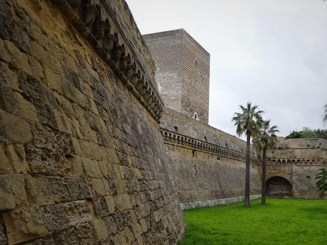 フェデリーコ2世は無駄な城を造っておりません。必要なところに必要な城を造った。時代が変わっても、それらの城の戦略的重要性はかわりません。その時代の必要に応じて城は作り替えられました。<br />中世の城は高い塔と城壁が命でした。しかし大砲の登場とともに城の姿は変わります。塔も城壁も砲弾で簡単に崩されます。それに対応して城壁は低く分厚く、地を這うような堡塁に変わります。<br />フェデリーコ2世の城の多くが当時の面影をとどめていないのもやむを得ません。<br />しかしバーリの城には、わずかな残影がありました。<br /><br />この旅行記を書くにあたり、参考にした資料は下記に列挙してあります。<br />フェデリーコ2世紀行-1 イエージ・誕生<br />https://4travel.jp/travelogue/11505518<br /><br />なおこの旅行記はフェデリーコ2世の年代記風に並べたいと思います。4Travelではブログは旅行日順に並ぶので、表紙写真下に表示される訪問日と実際の訪問日は異なります。プーリア滞在は4月9日―14日です。