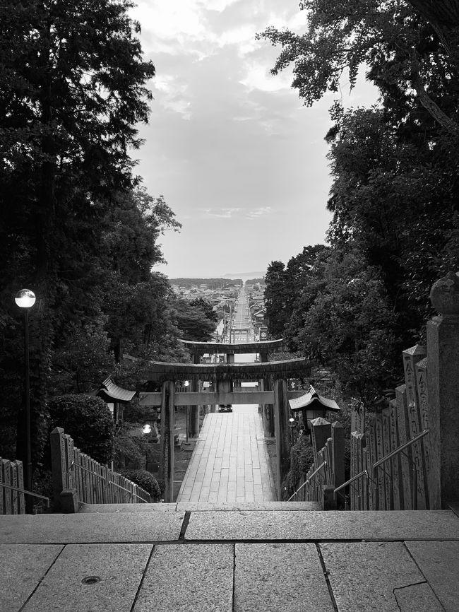 """有効期限が迫ったANAマイルがあったのであわてて取った福岡の旅。<br />帰りは、ANASKYコインポイントで、東京行きを別々に取りました。<br /><br />宿泊先は、<br />一日目 ロイヤルホテル宗像   yahooプレミアム会員特典<br />二日目 熊本 黒川温泉 新明館    友人に頼む<br />三日目 博多great morning         yahooプレミアム会員特典<br /><br />三泊四日の福岡行き<br />9月は台風シーズンであり、また九州北部大水害の被害もあったばかり。<br />それでも四日間は奇跡的に晴れ または雲<br />""""私たち持ってるんで"""" が口癖   笑 <br /><br />インドネシア バリ島に行った時にアグン山が噴火してしまい、まさかの空港閉鎖を余儀なくされた身。<br />今回は、頼りにしていた友人が前日に入院。<br />また阿蘇山噴火だった。 (T . T) <br /><br />アクシデントが付きものが旅行の醍醐味でっす ( ^∀^)<br /><br />1日目 羽田空港第二ターミナル ANA 10:30 福岡行き<br />福岡空港→博多駅→JR鹿児島本線 東郷駅<br />ロイヤルホテル宗像<br /><br />二日目 友人から車を借りて古賀インター 九州自動車道→基山SAで友人二人を乗せる → 日田 豆田町散策 → 南阿蘇郡 黒川温泉 新明館<br /><br />三日目 黒川温泉付近散策→ 鍋ヶ滝 → 小石原 道の駅 焼き物の町→<br />筑後市友人宅送り → 福岡市南区友人送り → 博多 great morningホテル <br /><br />四日目 ホテルgreat morning → 宗像市 → 福間海岸 ぶどうの樹 ランチ→ JR 鹿児島本線 東郷駅 → 博多駅 → 地下鉄 福岡空港ANA19:45 → 羽田空港<br /><br />"""
