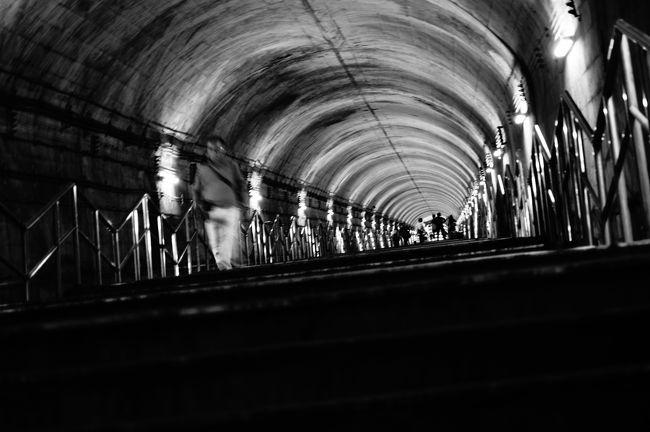 「国境の長いトンネルを抜けると雪国であった」<br />川端康成の小説『雪国』の有名すぎるというか、<br />日本人として知っておくべき素養と言っていい<br />冒頭の一節である。<br /><br />この小説の主人公が列車に乗って通り抜けた長<br />いトンネルは、上越線の土合(どあい)駅と土<br />樽(つちたる)駅の間にある清水トンネルであ<br />る。1931年に開通した9702メートルのトンネ<br />ルだ。<br /><br />当時は単線だったが、1960年代に複線化がなさ<br />れ、下り線(長岡方面)は谷川岳の山腹を穿ち、<br />1967年に13500メートルのトンネルを開通させ<br />た。それが新清水トンネルである。<br /><br />新清水トンネルの中にある土合駅は地下70メー<br />トルにあり、駅舎まで338メートルの階段を上ら<br />ねばならない。<br /><br />地下70メートルの鉄道駅、そこはまるで地下要塞<br />のようだった。<br /><br />