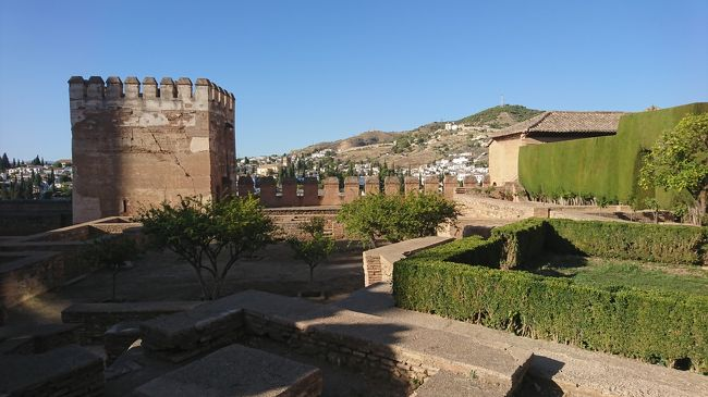 2019年9月末,国際学会参加のためスペイン南部のアンダルシア地方,グラナダへ.<br />もちろん,せっかくヨーロッパまで来たので,観光も存分に楽しんでいく.<br />Business trip with Sightseeingだ.<br /><br />本編ではグラナダを紹介する.グラナダ以外にも,マラガ,ネルハ,フリヒリアナ,ロンダを観光したので,そちらの旅行記もあわせて読んでいただきたい.<br />