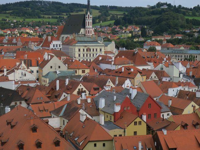 4日目はチェコ共和国ではプラハに次いで最も観光客が訪れる街、プラハから<br />南189kmに位置するチェスキークルムロフへ行きました。<br />チェスキークルムロフは南ボヘミアにあり、街全体が世界遺産になっていて、<br />世界で一番美しい街と称されています。<br />行ってみると正にその通り、街全体がまるでおとぎ話に出てきそうな、<br />とてもキュートな街でした。<br /><br />表紙写真はチェスキークルムロフ城の展望スポットからの眺め<br /><br /><br />[旅程]<br /><br />9/3 (火)羽田発08:50 → ロンドン着13:10(BA0008)<br />     ロンドン発17:05 → プラハ着20:05 (BA0856) プラハ泊<br /><br />9/4 (水) プラハ城 → ストラホフ修道院 → ペトシーンの丘展望台<br />     → マラーストラナ地区 → 国民劇場(オペラ鑑賞)<br /><br />9/5 (木) カレル橋 → 旧市街広場 → 市民会館・火薬塔 → 天文時計<br />     → ブラブラ散策 → カレル橋旧市街側の塔<br /><br />9/6 (金) プラハ → チェスキークルムロフ(泊)<br /><br />9/7(土) チェスキークルムロフ → プラハ(泊)<br /><br />9/8(日)  プラハ発06:45 → ロンドン着07:55 (BA0853)     <br />ロンドン発11:55 → 羽田着 9日08:30 (JL042)<br />    <br />    ※ 本来は ロンドン発09:40 → 羽田着05:25のところ<br />      台風15号の暴風雨を考慮して出発時間が遅くなりました。 <br />