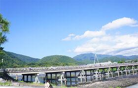 青空が綺麗な嵐山で、素敵カフェや可愛いキャラクターショップめぐり