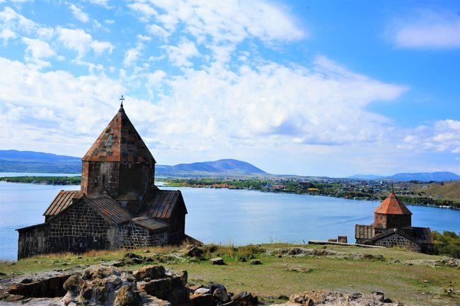 アルメニアはアジアとヨーロッパの間にあるコーカサス山岳地帯にある共和国です。<br />旧約聖書に出てくる「ノアの箱舟」がたどり着いたアララト山があり、自然がいっぱい。とても美しい国です。<br /><br />史上初めて4世紀初めにキリスト教を国教として定めたアルメニアなので、ゲハルト修道院やエチミアツィンの大聖堂などキリスト教関連の世界遺産が多くあり見所いっぱいなのですが、何処も山間部なので辿り着くのが大変です。<br />写真は普通にカメラで撮ってるけど、ドローンやせめて携帯の自撮り棒を駆使すればアルメニアの景色は断崖に建つ教会群です。<br /><br />僭越ながらとわこ's観光案内<br />教会巡りのキーワードは「修道院&ガヴィット」<br /><br />アルメニアは宗教的複合施設が多いから修道院のタイトルを付けてる。<br />教会のポイントはガヴィット<br />ガヴィットとは10から11世紀のアルメニアにおける建築スタイルというか多目的に使えるスペースを教会の主に西側に増築する~みたいな感じ。<br />(中世後期にはガヴィットは見られなくなりました)<br /><br />アルメニアはトルコの東側に位置するので、アルメニア人は自らをハイ、国をハヤスタンと呼びます。<br />これって、日本の「日出づる国」みたいな。。。。<br />アルメニアまで送ってくれたドライバーが片言ながら、日本も太陽の国でしょ。僕たちもなんだよ。って言ってました。<br /><br />夫の旅仲間のkanaさんのコーカサス・お気に入りはアルメニア<br />観光の時間が取れない当初の予定を話したらアルメニア良かったよ~と。<br />観光出来て良かったです。<br /><br /><関連旅行記><br />コーカサス3カ国と旧ソ連のベラルーシ、ウクライナに行ってみて分かったお国柄No1アゼルバイジャン https://4travel.jp/travelogue/11551200 <br />コーカサス3カ国と旧ソ連のベラルーシ、ウクライナに行ってみて分かったお国柄No2ジョージア https://4travel.jp/travelogue/11551844