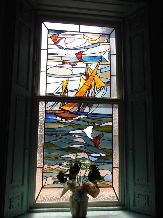 5月のベルギー・オランダの旅行記がまだ途中なのですが。<br />毎年春と秋に近江八幡観光物産協会主催で開催される「ヴォーリズ建築めぐり」の特別ガイドツアーにやっと参加することができました。<br />100年ほど前に「人にやさしい」建築を数多く残したアメリカ人宣教師W.M.ヴォーリズが、生涯、愛し過ごした近江八幡に残るヴォーリズ建築を訪ねたいとずっと思っていたのです。<br />去年、急用でキャンセルしてしまったのでやっと実現しました。<br />せっかくなので、同じくヴォーリズ建築の大阪の大丸松坂屋心斎橋店、京都河原町の東華菜館、それから設計は違いますが、同じ時代の建築でステンドグラスがとても美しい京都の長楽館を訪ね、合間に比叡山、大阪城、二条城観光という盛り沢山な3日間は、予報に反して30℃超えの猛暑の3日間でありました。