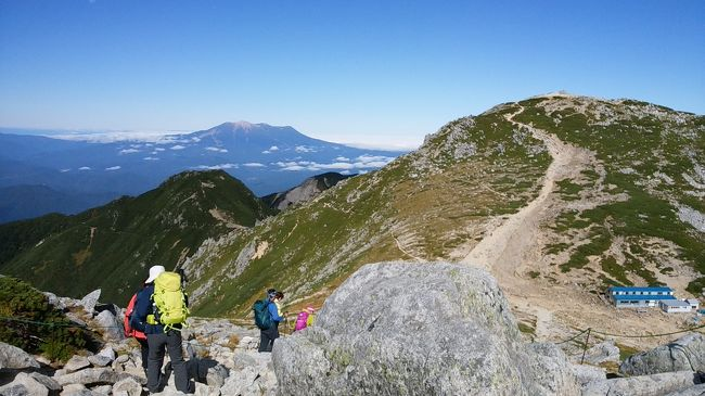 今年の夏は一座も登っていないぞと思い、夏山でもなく紅葉も微妙な時期に登りに行こうと決めたのは【木曽駒ヶ岳】<br /><br />ロープウェイで行けるから一人でも行けるだろうと言うことで計画!!また、紅葉してたらラッキーだなと思いつつFacebookで駒ヶ岳ロープウェイの投稿を確認する日々。<br />去年は9月半ばあたりから紅葉していたようですが、今年の紅葉は遅かったようです。<br />天気もよく登山日和でした♪