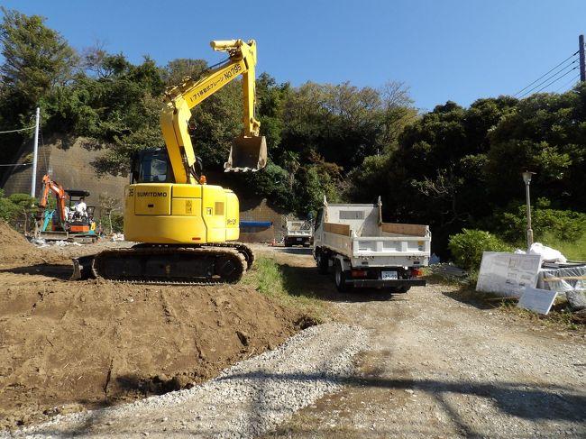 北鎌倉保育園予定地(https://4travel.jp/travelogue/11549728)で建設が始まっている。隣のだんご屋のご主人にまたお話しを伺ってみた。「これまでは鉄筋コンクリートの建物が建っていたので、今回は木造の2階建てなので、発掘調査はしなくても良いそうなんです。」「あの後、地権者とは話会って、土曜日には工事をしないことになりました。」<br /> 先日、古我邸と鎌倉歴史文化交流館との間で、建て替えのために更地になっている場所があり、そこの地主に色々お伺いをしたところ、建築申請をし、許可が下りてから工事を始め、埋蔵物が出ると、発掘調査に入るのだとお聞きした。木造2階建てなら基礎工事では地面を60cm程度しか掘らないので鎌倉時代の地層まで到達することはなく、発掘調査にはならないだろうとのことだった。ここ北鎌倉保育園建設現場でも2階建てなので、基礎工事では地面を60cm程度しか掘らなということだ。ここも鎌倉時代の地層まで到達することはなく、発掘調査にはならないだろう。<br />(表紙写真は北鎌倉保育園の建設現場)