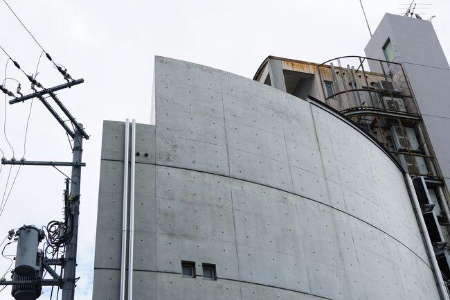 大阪市北区豊崎にある安藤忠雄建築研究所は、自らが設計して1973年に竣工した旧冨島邸を買い取り、1981年に「大淀のアトリエⅠ」として事務所業務をスタートさせて以降、事務所の規模の変遷に合わせるように、以後3期にわたって増改築を繰り返して拡張してきました。<br /><br />現在の事務所は、「大淀のアトリエⅠ」を取り壊した跡地に1991年に建て替えられた地下2階・地上5階建ての「大淀のアトリエⅡ」と、道路を隔てた東側に1995年に竣工した地下1階・地上3階建ての「大淀のアトリエ・アネックス」の二棟で構成されていて、ここが世界で活躍する安藤忠雄さんの本拠地となっています。