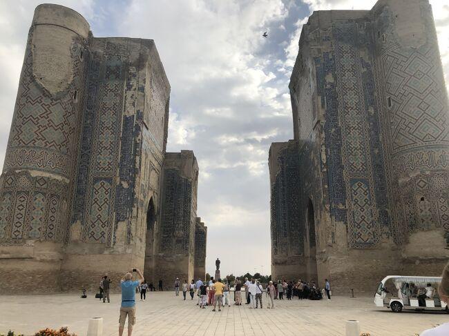 2019年10月4日(金)~11日(金)ユーラシア旅行社主催<br />「城塞都市ヒワ2連泊と青い都サマルカンド8日間」に参加しました。<br />直行便が飛ぶようになったウズベキスタンで蒼・青・藍・碧の世界に浸りきって大満足の8日間でした。<br /> 主な行程は下記の通りです。<br />1日目   4日(金)成田発タシケント乗り継ぎウルゲンチへ <br />                           バスにてヒワへ。<br />2日目   5日(土)カラカラパクスタン共和国へ カラ廻り。<br />                           ヒワのイチャンカラの展望観光<br />3日目     6日(日)ヒワのイチャンカラの観光 ウルゲンチ<br />                            空路ブハラへ。へ<br />4日目   7日(月)ブハラ市内観光<br />5日目   8日(火)シャフリサブス観光 サマルカンドへ<br />6日目   9日(水)サマルカンド市内観光<br />7日目 10日(木)タシケントへ 市内観光、ウズベキスタン航空にて成田へ<br />8日目 11日(金)成田着