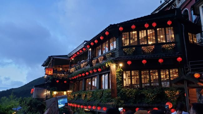 初めての台湾は約8年前。<br />当時はシェラトン台北に宿泊して、朝食がすごく気に入ってまた泊まりたいと<br />思っていましたが、同じところには出来るだけ行かないように・・・と<br />元旅行会社ならではの職業病で今回はオークラ台北に決めました(笑)<br /><br />リージェントと迷いましたが、オークラの方が新しいというのもあり・・・<br /><br />飛行機はチャイナエアライン利用。<br /><br />旅行代金はトータルで一人56000円程でした。