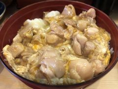 築地発の鶏料理店「辰の字」~大山鶏がごろごろ入っている親子丼がランチで好評の焼鳥店。食べログ100名店選出~
