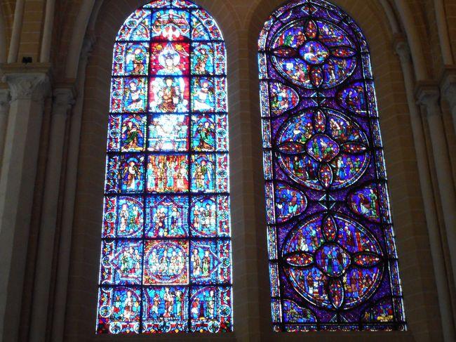 今日はバスツアーでパリ近郊イルドフランスをめぐります。世界遺産のシャルトル大聖堂、シスレーの描いた風景で有名なモレシュルロワン、イエールにあるカイユボットの邸宅博物館など。