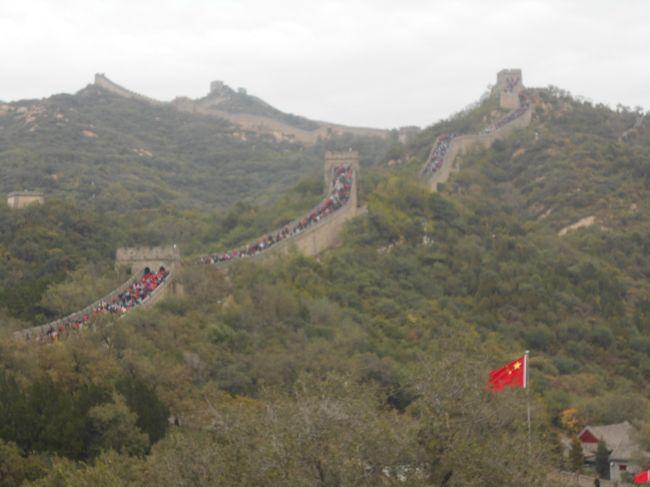 夜行列車で北京に戻り、八達嶺長城へ。早朝に出発しても、結局大混雑<br />