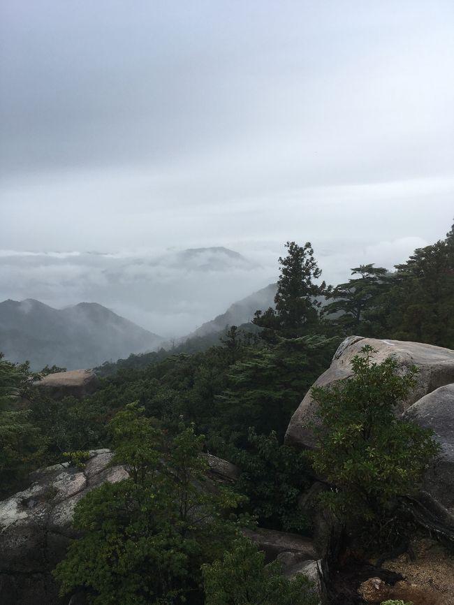 宮島の弥山。トレーニングと観光を兼ねての山登り。小雨で迷いはしたが、行ってみると誰もいない絶景を独り占めできた。