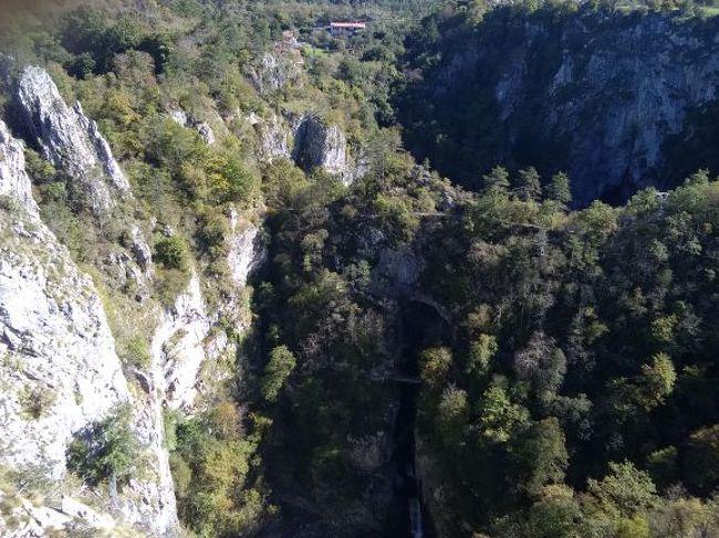 今日はスロベニアのリュブリャーナに向かうのだが、まっすぐ行くのも面白くないので、鍾乳洞を見てから向かうことにした。<br />スロベニアは鍾乳洞大国で、ヨーロッパ最大のポストイナ鍾乳洞や世界遺産になっているシュコツィアン鍾乳洞がある。<br />両者の間は車で1時間も離れていないのだが、公共交通機関だとなかなかうまく接続は出来なそうで、どちらか一方しか行けそうにない。どっちにしようかと考えた結果、シュコツィアンに行くことにした。<br />ポストイナはツアーもたくさんあって、鍾乳洞の中を何故かトロッコ列車が走っているということだったので、あまりに観光地化しているような気がしたので、写真撮影も禁止されているシュコツィアンの方が神秘的でいいかなと。それに、なんと言っても、この鍾乳洞のあるカルスト地方がカルスト台地の語源だったので。<br /><br />当然だが、ベネチアから直接行けないので、色々調べたら、まずはコペルという街まで向かって、そこからシュコツィアン近くのディヴァチャという街までバスや電車で行けることがわかった。コペルまではFLIX BUSで予約できたので(11ユーロ)、あらかじめ予約しておいた。しかし、このFLIX BUS、アプリで簡単に予約できるし、PDFをダウンロードしておけば、スマホがオフラインでも問題なく乗れるし、便利だったなぁ。<br /><br />メストレを定刻から少し過ぎた7時30分に出たバスは、ほぼ定刻の9時50分過ぎにコペルに到着。<br />コペルからは事前に調べたところ約1時間後にバスが出るはずだったが、いざ着くと案内所らしきところも無く、さて、どうしようと思っていたところ、ディヴァチャ!セザナと叫ぶ声が聞こえる。<br />おじさんに確認すると、セザナという街へ行くバスで、途中ディヴァチャに寄るとのこと。しかも、すぐに出発するという。よくわからないけど、まぁ、とりあえず乗ってみることにした(バス代4.7ユーロ)。