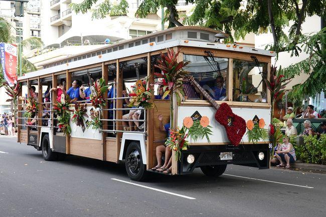 ANAのフライイングホヌでオアフ島3泊5日の個人旅行をしました。初めてのハワイなのでのんびりくつろぐというより,ゆったりとあちこち観光することにしました。ワイキキのアクアパシフィックモナークに3連泊しました。<br />旅程は以下の通りです。<br />1日目:ワイキキビーチや街の散策,フローラルパレード見学,クヒオビーチ・フラショー見学<br />2日目:ダイヤモンドヘッド登頂,カピオラニ公園,街歩き,サンセットクルーズ<br />3日目:現地ツアー「がっつりノース&カイルア」<br />4日目:帰国<br /><br />ハワイには行ったことがないし,ANAの2階建て飛行機フライイングホヌ(A380)に乗ってみたいしということで,あちこちのポイントをANAのマイルに移行し,なんとか80,000マイル貯めて,夫婦で初めてのハワイ旅行に行きました。3泊5日ですのでオアフ島のみです。<br />A380は機体が大きい分,乗降に時間がかかるようなので前側の席が良いなあと思っていたところ,一番前の席が空いていました。夜便で遠慮なくトイレに行くこともできます。荷物は機内持ち込みにしました。<br />A380は搭乗者数が多いし,他の到着便もあるだろうし,アメリカの入国審査は結構面倒なのでホノルル空港の入国審査に時間がかかることを覚悟していましたが,まったく混雑していなくて,すんなり入国できました。<br />しかし,到着した9月28日(土)はアロハ・フェスティバル最終日のフローラルパレードが午前中行われているので,パレードによる交通規制でホテルに到着するまで渋滞で時間がかかりました。空港からホテルへの移動はロバートハワイのシャトルサービスを利用しましたが,渋滞でも固定料金なのでドライバーが皆さんはタクシーを利用しなくてラッキーだねって言ってました。<br />ホテルはキッチン付きのアクアパシフィックモナークにしました。部屋はパーシャルオーシャンビュースタジオです。チェックインはできないので,荷物を預けてカラカウア通りへ行き,フローラルパレードを見学しました。広島のフラワーフェスティバルはこれを参考にしたのかなと思わせるようなパレードでした。<br />最初の食事である昼食は街歩きでたまたま見つけたアトランティス シーフード&ステーキでロコモコとフィッシュフライバーガーを二人で食べました。そうこうしているうちに,3時前になったのでホテルに戻りチェックイン,預けていた荷物は部屋に運んであると言われたのですが,フロントにチップを渡すべきかどうかわからなかったので,渡しませんでした。チップは難しいです。<br />カードキーを受け取って,部屋に行きました。部屋は20階の東向きの南側でした。周りは高層ビルばかりですので,見晴らしはまあまあってところでしょうか。目の前にビルがあるわけではないので,圧迫感はなかったです。<br />暑くて汗をかいたので,シャワーを浴び,夕方まで一休みして,少し涼しくなったので,また,ワイキキビーチを散策しました。日没が近づくとフラショーが行われるステージのあたりに人が集まり出したので,フラショーを見に行きました。フラは子供が主体のショーでした。<br />見終わって,晩御飯を食べに行くのは億劫だったので,ABCストアで適当に買って,ホテルに戻って電子レンジで温めたりして食べました。<br />ホテルは悪くはないですが,エアコンがうるさくて,しかもベッドのすぐ横にあって冷風がもろに当たるので困りました。冷風はサイドボードを動かして遮り,耳栓をして寝ました。