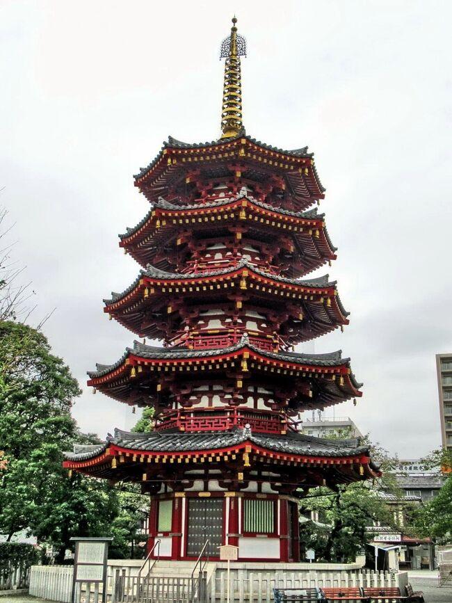 10月の〇〇会は、京浜急行を利用して、川崎~横浜を巡りました。<br /><br />午前中は「川崎大師」へ参拝。<br />明治神宮・成田山新勝寺に次いで、毎年300万人を超える初詣客が訪れる川崎大師は、文化10年(1813)に徳川十一代将軍・家斉が厄除けに訪れたことから「厄除大師」としての名が広まり、現在も多くの参拝者が訪れ賑わいを見せています。<br />1128年に創建された川崎大師は、昭和20年4月15日の空襲で伽藍の殆どを焼失しましたが、戦後、次々に再建され、平成16年に復興事業が完成しました。<br />昭和59年に落慶した写真の「八角五重塔」が、復興のシンボルとして目を惹きます。<br /><br />12時からはキリンビール横浜工場の見学、その後は横浜中華街で遅めの昼食と、仲間6名で秋の一日を楽しみました。
