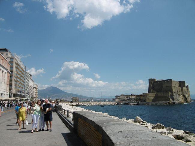 イタリア3日目は,南イタリア ナポリへ。<br /><br />食いしん坊の私。<br />イタリアに行ったら,美味しいピザをたくさん食べるんだと思っていたのに,まだ1枚も食べていない!<br />ナポリといえばナポリピザ。やっと食べることができました。<br /><br />勿論ピザだけではありません。<br />ベスビオ火山を遠くに望み,美しいサンタルチアを眺め, 南らしい大らかな雰囲気に癒され,楽しい街歩きでした。<br /><br />それにしても,いい天気すぎて,そして日傘をさしている人はほとんどいないので,私もそれに倣ったら,すごい日焼けをしてしまい・・・。<br />日本に帰ってからが大変でした。(-_-;)