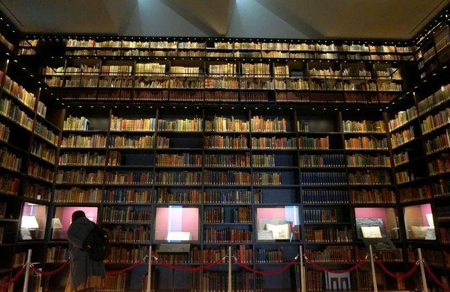 午前は歩こう会で古河庭園と六義園でバラを鑑賞しました。<br />昼食を済ませ解散ですが、まだ時間は1時半、希望者だけで六義園から徒歩5分の東洋文庫を訪ねます。<br /> 東洋文庫は1917年に三菱財閥3代目の当主岩崎久弥が、オーストラリア人モリソンから購入した24千冊の主に欧文で書かれた東洋に関する書物が元で、国宝4点重文7点を含む東洋学の研究図書館です。<br /> モリソンは当時中華民国総統府の顧問で北京に駐在し、20年間の長きに渡り収集した書籍で、購入価格は現在の価格で約70億円でした。<br />現在は100万冊を超える蔵書を持ち東洋学のメッカです。<br /> 2011年新館新築と同時に東洋文庫ミュージアムとして、そのモリソンコレクションの書庫が公開され、日本で一番美しい書棚として評判となります。確かに一見の価値があります。<br /> 見学後は仲間と別れ、一人で小石川植物園に向います、重文に指定される旧東京医学校本館を見る為です。<br /> 明治9年に本郷の東大構内に建てられ、昭和44年にこの地に移築されました。<br /> 帰途は地下鉄の茗荷谷駅迄歩きますが、途中に播磨坂があり、啄木終焉の地にも立寄ります。<br /> <br /> <br /> <br /><br /><br />