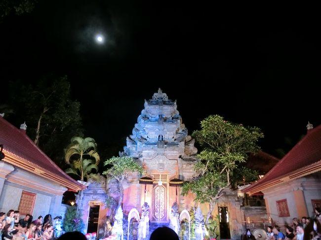 ウブドの主要な通りを散歩してみたい!<br />食べた事のないインドネシア料理を食べてみたい!<br />バリの文化に触れてみたい!<br />3大目標を掲げてバリ島旅行行ってきました。<br />今年は初の分泊に挑戦!果たしてどうなった・・・?<br /><br />【旅のスケジュール】<br />往路 10月8日<br />SQ635 HND 22:55 - SIN 04:55+1<br />MI176 SIN 07:00 - DPS 09:35<br /><br />復路 10月14日<br />MI175 DPS 10:25 - SIN 13:00<br />SQ634 SIN 13:55 - HND 21:50<br /><br />宿泊<br />ウブド:コマネカアットラササヤン 3泊<br />サヌール:タンジュンサリサヌール 2泊<br />(毎朝食つき)<br /><br />【旅の登場人物】<br />黒パパ・・・J&amp;Cでチキンの丸焼きを食べるぞ!食べるの大好き人間。<br />ママ茶・・・初ウブドで受難続き・・・。無事に旅は終えられたのか?<br /><br />内臓の激痛から一夜・・・ウブド3日目のスタートです。<br />