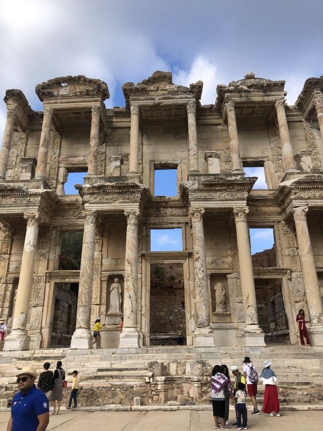 以前子供たちが卒業旅行で行ってきたトルコの鉄板観光地をゆるっと回ってきました。トルコ滞在中にトルコがシリアと戦争を始めましたがイスタンブール市内は何の変化もなく、また帰国時は台風19号の影響で予定通り帰国できずシンガポールに約1日足止めをを食うことになりましたが、13日間の楽しい旅行になりました。<br /><br />カッパドキアから空路でイスタンブール経由イズミールへ移動、そこから電車でセルチュクへ移動し一泊。翌日エフェソス遺跡へ行きます。<br />途中、イズミール空港でスーツケースの破損を発見、手続に時間がががり、その後の移動に手間がかかりました。<br />翌日朝からエフェソス遺跡を堪能し、セルチュクの博物館、教会も観光します。