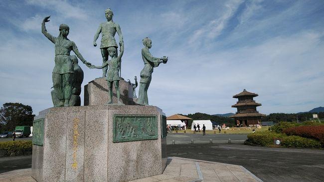JR九州ウォーキング(玉名駅)<br />玉名駅から鞠智城まではバスで移動して鞠智城からウォーキングで古墳や菊池街中を通り菊池神社、歴史的水路、寺などを巡るコースでゴールは菊池市民広場である。菊池広場ではマルシェが開かれておりにぎわっていた。歩き終わったら菊池温泉の無料入浴券やのっぺい汁もふるまわれた。帰りは市民広場からバスで玉名駅まで帰る。<br />バスの送迎は無料である。<br />7:22上南部バス停→東海学園前7:42→7:56熊本駅8:01→鳥栖行き普通列車4両編成→8:30玉名駅8:50→バス→菊水、山鹿経由で9:50鞠智城到着<br /><br />鞠智城の日ということで菊池スローデイ マーケットが開かれていた。<br /><br />鞠智城出発10:15→池尾トンネル→高塚古墳→御所通り→わいふ一番館→将軍木→菊池松囃子御能→菊池高校→菊池神社→多目的グランド→東福寺→築地井手→市民広場ゴール12:00(昼食)<br />温泉旅館「笹乃家」で入浴<br /><br />菊池市民広場13:40→バス→14:40玉名駅14:51→15:25熊本駅15:28→15:41東海学園前15:58→バス→16:10上南部バス停
