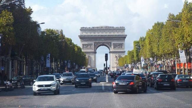 以前ツアーで行ったフランス。<br />ツアーは見所を効率よく回れて、何より安心感があります。<br />でも、あの場所に行きたいとか、もう少しゆっくり見たいという個人的な希望は叶えられません。<br /><br />パリに滞在して、自分たちのペースでまわりたいと思い、飛行機とホテルを予約して旅行してきました。<br /> <br /><br />効率よくまわるために、日本で行きたい所をピックアップしてどんなふうにまわるかあれこれ考えました。ガイドブックを見たり、ネットで検索したり・・<br />これはこれで楽しかったのですが、だんだん疲れてきてとうとう途中で放り出してしまいました。<br />行ってから天気と相談して決めようということになりました。<br />パリ以外で行きたい所はシャルトルとベルサイユでした。<br /><br />3日目からいよいよミュージアムパスを使い始めました。<br />いちいちチケットを買わなくてもよいのもミュージアムパスの良いところです。<br /><br />この日も、せっかくパリまで来たのだから、じっとしていては損!みたいに一日中目いっぱい歩き回って、足が棒になりました。くたくたです。<br />貧乏性の私たちは優雅にのんびりする旅などできないみたいです。<br />でも疲れました・・