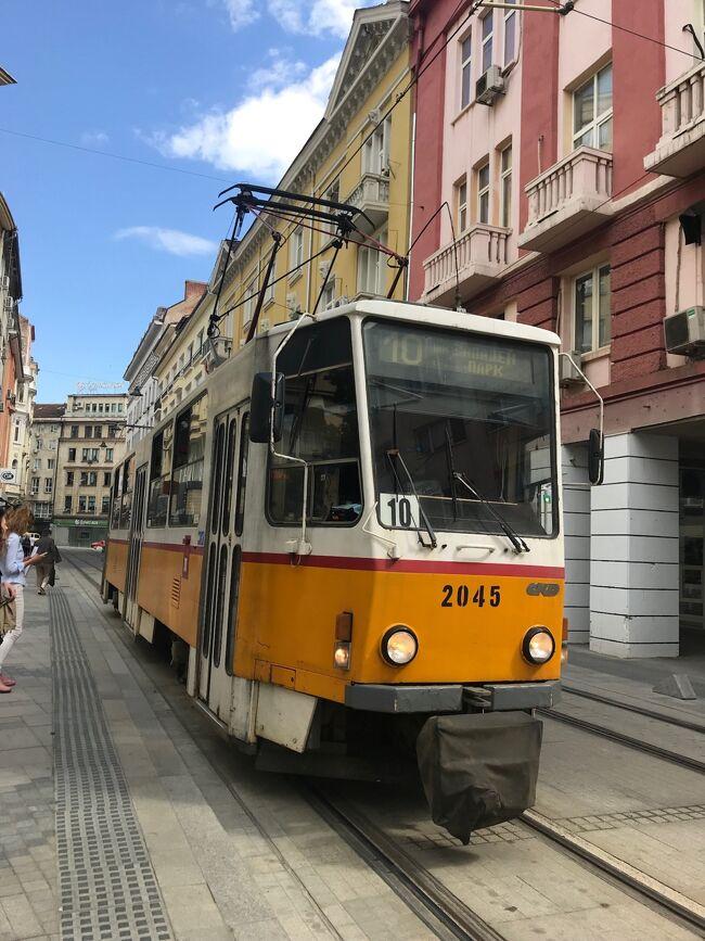 ブルガリアの首都ソフィアに入りましたー。<br />今、ホテルの部屋にいますが、実はここまで大変でした。<br /><br />ブタペストからのフライトは多少の遅れがあったものの無事到着。荷物を受け取って出てみるとそこは第1ターミナルと言う名の旧ターミナル。<br />予定ではここから地下鉄で街まで行くはずが、その地下鉄の駅があるのは第2ターミナルらしい。聞いてみると3~4kmくらい離れているとのこと。連絡バスはあるようなのですが、現地通貨が必要。タイミングの悪いことに今日は土曜日のせいか、両替所に誰もいない。さらに、一台しかないATMが故障で稼働してない。白タクのオッさんと交渉してみると15ユーロで街まで行くとの事。<br />ここまでタクシーは一切使わない事を守ってきたのですが、今回ばかりはしょうがないかと諦めた時、救世主が現れました。<br />たまたまブタペストの空港から一緒だったヤノ夫婦がレンタカー借りて行くから一緒にどうぞ、と言って頂きました。ヤノさん、その節はお世話になりました。<br /><br />後日談として、ソフィアを離れるときは第2ターミナルだったので、地下鉄駅直結で簡単でした。<br />行ってみると分かったのですが、第1ターミナルとはそんなに離れていない。十分歩いていける距離でした。私が尋ねたのが白タクの<br />オッサンだったので情報がいい加減でした。因みに、タクシーの市内ー空港間正規料金も8ユーロでした。<br /><br />とはいえ、学生時代にヨーロッパを放浪したことがありますが40年以上前で、当時はソ連崩壊前ですので東欧は自由な旅行ができる状況ではありませんでした。今はこのようにビザも不要で自由に旅ができるのは幸せですね。<br />