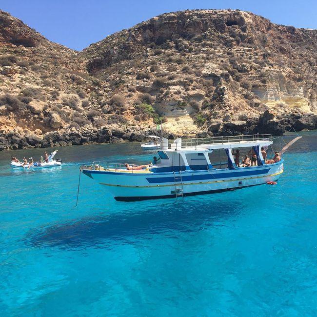 フライングボートが見たくてイタリア最南端のランペドゥーサ島へ。<br />透明度の高いラビットビーチは絶対に訪れるべきです。<br />陸路で訪れても良いですが、フライングボートを見るにはボートツアーがベストだと思います。<br />(口コミランキング1位のボートツアーは予約一杯で予約できませんでした)<br /><br />■1日目<br />ホテルのオーナーがスクーターを貸してくれたので、オススメされたラビットビーチへ。<br />コニッリ島(兎島)が見える丘の上から、遠めの海岸にフライングボートと思われる景色を見ることができます。<br />丘の上からでもラビットビーチの海の透明度が見渡せます(綺麗過ぎます)<br /><br />■2日目、3日目<br />ボートツアーに参加。<br />ランペドゥーサの現地の方は英語が通じない方が多いです。イタリア人船主は片言の英語で話してくれたり、日本語でアリガト~!と声を掛けてくれたり、とてもフレンドリーです(船主によるかもしれませんが)。<br /><br />事前予約した2日目のボートツアーはランペドゥーサ島の下側半分を巡るものでしたが、3日目はホテルの朝食時にオーナーにボートツアーを急遽探してもらいました。そのボートツアーはランペドゥーサ島を一周してくれました。<br />フライングボートを間近で見ることができ、偶然にも船上結婚式を見かけました。更に野生のイルカにも遭遇!(ほんの数秒でしたが大感動)<br /><br />ボートツアーは1日50ユーロ(ツアー後に現金支払い)ですが、ボート上でビールを飲んだり海鮮料理を食べたり、イタリア人とも一緒に船旅をしている内にすぐに仲良くなれます。絶景の海を丸一日堪能でき、幸福感を存分に感じられました。またランペドゥーサ島でボートツアーに参加したり、ラビットビーチで泳ぎたいと思える最高の旅でした。