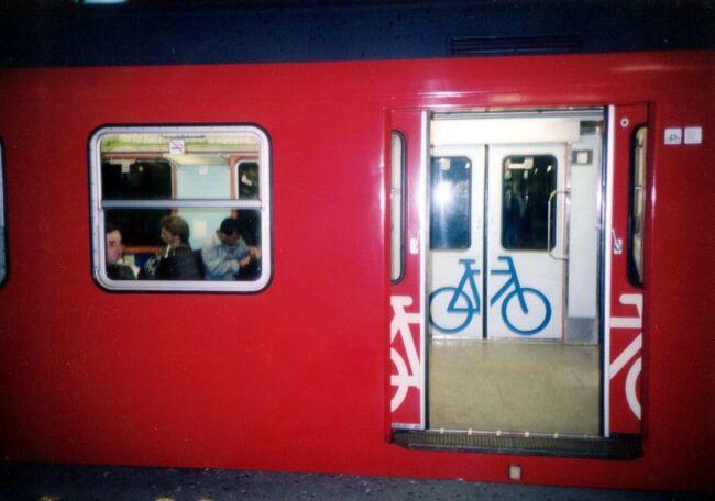 9月7日から26日までの3週間の旅で<br />パリに2週間少しいたあと初めての北欧で<br />一番近い国デンマークのコペンハーゲンに<br />やってきた。<br />パリからはストップオーバーだと思うが<br />夜行列車だったかもしれない…<br /><br />後編はブラブラ歩きをした、特に有名でもない<br />場所を中心に相変わらず変な写真ばかりを…<br />かなり撮影場所を特定できたが完全には無理。<br /><br />代表写真は S-tor の列車だが、自転車を持ち込めるのは<br />当然としてドアにまで自転車マークがある。<br />置くスペースだけなく自転車専用車両?<br />