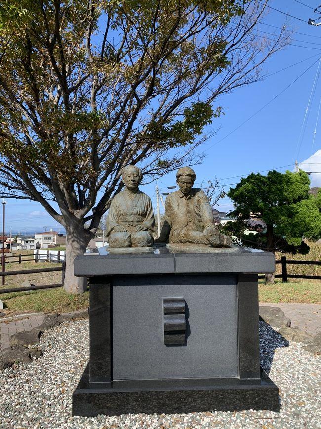 10/23<br />津軽半島一周ドライブ!<br />まずは高山稲荷神社の千本鳥居へ。ランチは十三湖の『和歌山』で名物シジミラーメンをいただきました。<br />国道339号を北上して、竜飛岬へ。途中、中泊で小説津軽の像記念館を見学。<br />竜飛岬から青函トンネル 龍飛斜坑線 三厩駅を見学して、津軽半島一周ドライブ終了!1日かかりました。津軽半島もやっぱり大きい!!<br /><br />===旅行の概要===<br />10/20(日)岩木山観光<br />岩木山 岩木山神社<br /><br />10/21(月)八甲田山周辺から下北半島へ<br />蔦沼 睡蓮沼 城ヶ倉大橋 雪中行軍遭難記念像 恐山 尻屋崎<br />下風呂温泉泊(ホテルニュー下風呂)<br /><br />10/22(火)下北半島鳥部&観光<br />大間鉄道跡見学 大間崎 佐井港から仏が浦へ遊覧船で <br />大間の浜寿司でマグロづくし<br />薬研渓流の紅葉狩り 湧水亭でおからドーナツ<br /><br />10/23(水) 津軽半島ドライブ&観光<br />高山稲荷神社 レストラン「和歌山」でしじみラーメン<br />小説「津軽」の像記念館 七ツ滝(車中見学)<br />眺瞰台 竜飛岬 階段国道 津軽海峡冬景色歌碑<br />青函トンネル 龍飛斜坑線 三厩駅 奥津軽いまべつ駅(車中見学)<br /><br />10/24(木)奥入瀬渓流ウォーキング<br />八甲田ゴールドラインをドライブ 奥入瀬渓流散策(馬門岩~雲井の滝、雲井の流れ~調子大滝)<br />「渓流の駅おいらせ」で十和田湖ひめます塩焼き定食と十和田バラ焼き定食<br />十和田市現代美術館 十和田市官庁街通りを散策<br /><br />10/25(金)八甲田ドライブ&黒石<br />八甲田ゴールドラインをドライブ 酸ヶ湯温泉日帰り入浴 <br />黒石観光りんご園 黒石「御幸」で海鮮鍋焼きうどん<br />黒石こみせ通り散策<br /><br />10/26(土)白神山地<br />白神山地へドライブ アクアグリーンビレッジ ANMONから世界遺産ブナ林を散策。<br />さらに津軽峠へドライブ 津軽峠でマザーツリーを見学<br /><br />10/27(日)安比高原・松川渓谷・焼走り<br />安比高原へドライブ 安比のゴンドラで山頂へ。<br />松川渓谷の紅葉を楽しんでから、焼走りへ。<br />盛岡駅から帰京<br />