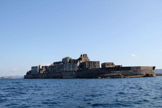以前、『純(1980)』という映画で軍艦島の存在を知って以来、行ってみたかったところです。<br />映画 ⇒ http://kokoronokesiki0410.blog57.fc2.com/blog-entry-118.html<br /><br />今になってしまいました。7月初旬に「ブラックダイヤモンドで行く軍艦島上陸クルーズ」に予約を入れ、9月22日(日)・23日(月)に行く予定でしたが、台風17号の影響でキャンセルしたんです。今回、【アイランド号】に予約を入れることが出来、やーっと行くことが出来ました。世界遺産として登録されたこと、廃墟ブームが注目されたことで人気なんでしょうねぇ。<br /><br />しかし、船長さんから、台風17号の影響により、軍艦島見学施設が損壊しており、復旧工事が完了するまでの間、軍艦島へ上陸はできない旨のご連絡を頂き、周遊だけになるので、今回泊まるホテルの周遊クルーズの方が料金がかなり安くなりますよ。とのことで【榮丸】での軍艦島周遊クルーズになりました。上陸できないのかぁ・・・と残念でしたが、いやいや、ナント!この船長さんが、【アイランド号】の船長さんでもあり、(元、軍艦島住民の漁師さん)暴走船(爆)でのクルージングとなり、間近で見ることも出来、とんでもなく良かったです!!☆⌒v⌒v⌒ヾ(≧ω≦)ノヒャッホーィ♪<br /><br />