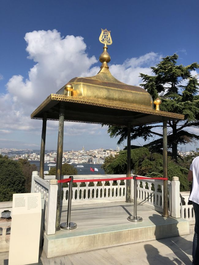 以前子供たちが卒業旅行で行ってきたトルコの鉄板観光地をゆるっと回ってきました。トルコ滞在中にトルコがシリアと戦争を始めましたがイスタンブール市内は何の変化もなく、また帰国時は台風19号の影響で予定通り帰国できずシンガポールに約1日足止めをを食うことになりましたが、13日間の楽しい旅行になりました。<br /><br />イスタンブール観光3日目は、いよいよトプカプ宮殿に行きます。午後は旧市街東側を巡ります。