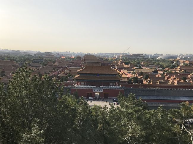 往路トランジットは14時間。北京到着は0時過ぎ。<br /><br />エアポートエクスプレスの始発まで約6時間を北京空港で一人で過ごすのは、私としては結構苦痛でした。<br /><br />エアポートエクスプレスが運行を始めました。さあ、はじめての北京市内へ!<br /><br />朝6時半から開園している北海公園を目指して北海北駅へ。<br />その次は影山公園へ。<br />ここで故宮を一望。<br /><br />そのあとバスで王府井へ向かいました。<br /><br />最後のミッションは、復路のトランジットで一泊する予定のホテルの下見に行きました。<br /><br />ここがディープでした。後にこのホテルはキャンセルしました。<br />